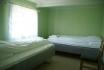 großes Schlafzimmer mit Einzelbetten