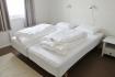 Schlafzimmer mit Einzelbetten in Korsfjorden