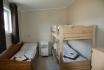 Ferienhaus Nr. 1: Schlafzimmer mit Einzelbett und Familienstockbett