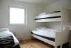 Schlafzimmer mit Stockbett und Einzelbett
