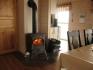 Wohnzimmer mit kleinem Ofen