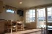 Flachbild-TV in offener Wohnküche