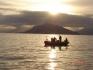 Angelboot inmitten eines Sonnenuntergangs