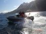 Angelboot in Fahrt bei strahlendem Wetter