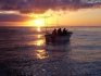 mit dem bei Sonnenuntergang auf See