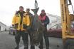 riesiger Heilbutt: glückliche Angler im Urlaub