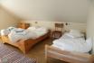 Schlafzimmer mit großen Doppelbetten