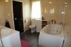 großes Bad mit Dusche, Wanner und WC