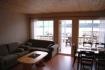Polarcirkelen Fiskecamp Ferienhäuser 1-4: schönes Wohnzimmer mit Blick auf den Fjord