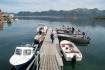 Bootssteg mit Angelbooten in Polarcirkelen