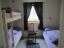 Schlafzimmer mit Einzel- und Stockbett