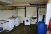 Servicerraum mit Waschmaschine und Gefriertruhe