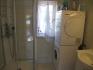Vega Rorbuferie Haus Nr. 2: Badezimmer mit Waschmaschine und Trockner