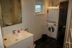 Visit Årviksand Ferienhaus Nr. 2: Badezimmer mit Waschmaschine