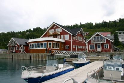 Angelboote und Bootssteg in Sørheim mit Blick auf die Ferienunterkünfte