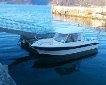 großes Kabinenboot in Nyvoll Brygge