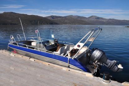zwei Aluboote liegen am Bootssteg in Ringvassøy