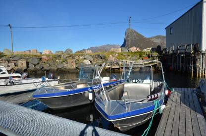 Angelboote am Bootssteg mit 50 PS und Kartenplotter