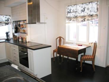 top ausgestattete Küche mit Wohnbereich