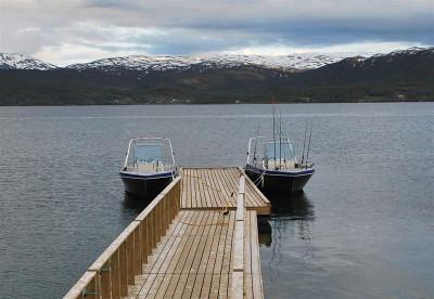 die beiden Angelboote mit Rutenhaltern in Storenes Gård