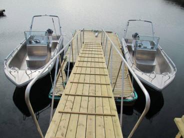 top motorisiert warten die Angelboote auf die Angler