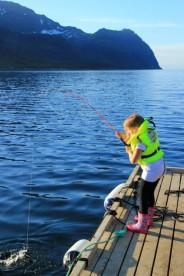 früh übt sich: angelndes Mädchen in Lauksundet Fishing