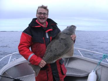 glücklicher Angler mit Heilbutt auf Vega