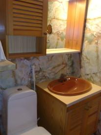 Bad mit Dusche im Ferienappartement in Skutvik
