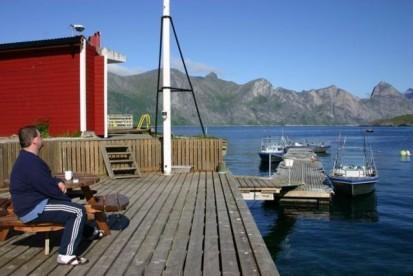 Aluboote am Bootssteg in Mefjord Brygge auf der Insel Senja