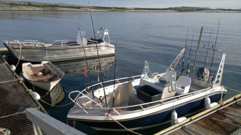 ordentlich motorisierte Angelboote für einen ausgedehnten Angelausflug