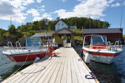 Angelboote und Filetierhaus in Roan