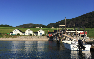 Blick vom Bootssteg auf die Ferienhäuser in Hindrum