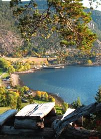 Blick vom Berg auf den Fjord in Hindrum