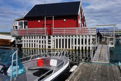 Blick vom Bootssteg auf die Ferienhäuser