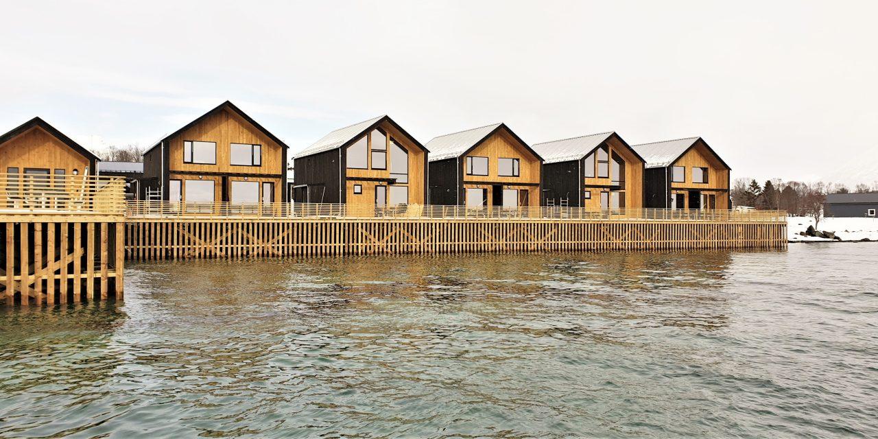 https://www.dintur.de/wp-content/uploads/2020/04/Risoyhamn-Panorama-Seahouses-1280x640.jpg